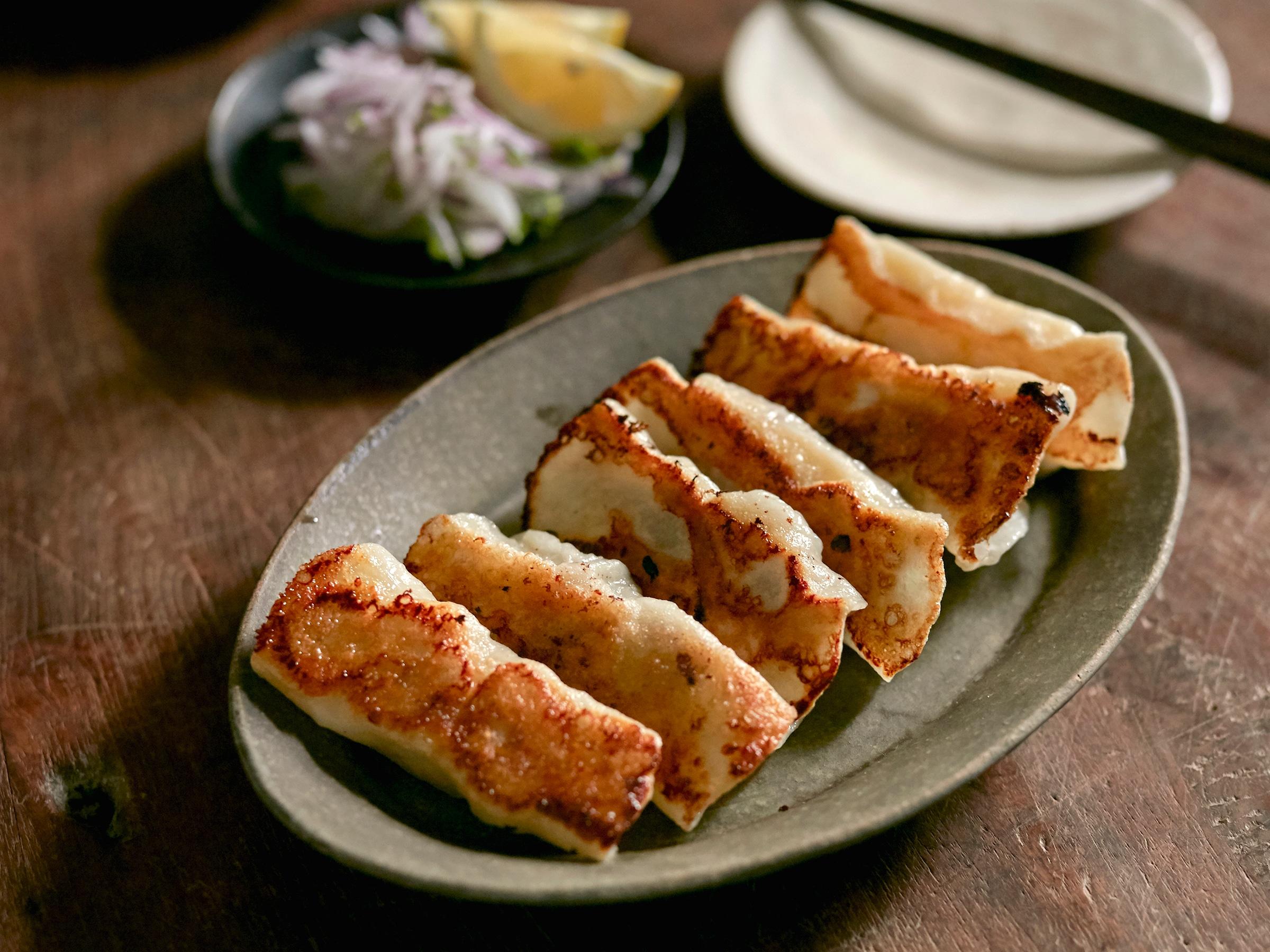 ほかにないレアな豚肉餃子レシピ さつまいもの甘さが広がる 秋の夜長 お腹が空いたら 皮からつくる餃子でお月見