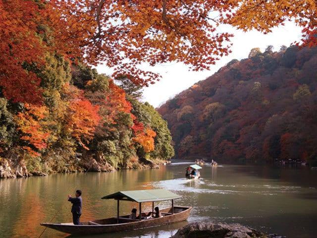 渡月橋から眺める色とりどりの紅葉 千年の都のリゾート地、嵐山