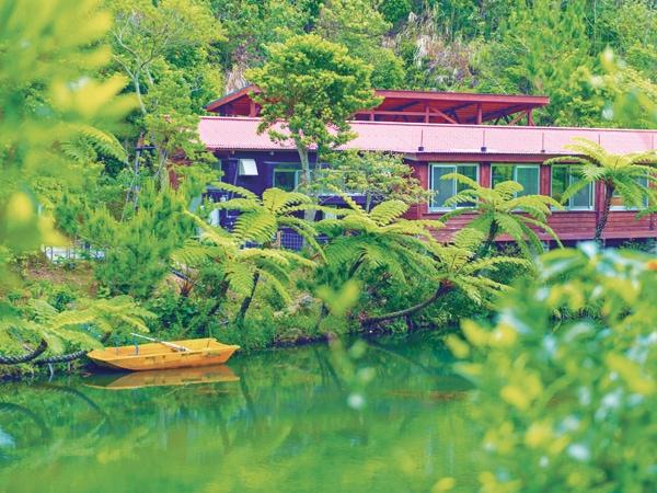 水辺に佇む隠れ家的カフェ in 沖縄