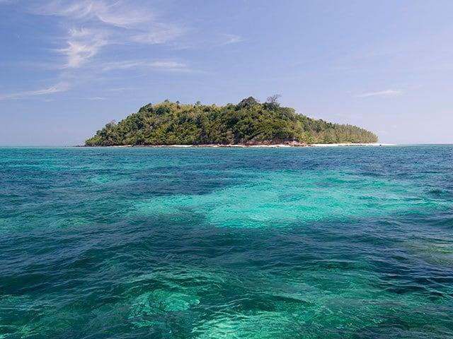 熱帯魚の泳ぐ海と白く輝くビーチが 楽園のように美しいタイの無人島